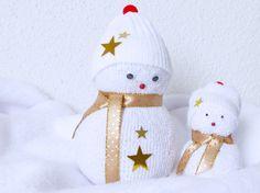 Des bonshommes de neige en chaussette ! Tuto : http://www.hellocoton.fr/to/1wVmo#http://www.autourdemarine.fr/actualites/diy-de-noel-1-bonhommes-de-neige-chaussettes