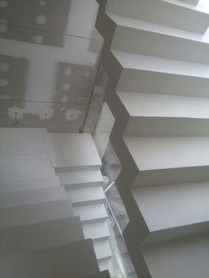 Escalera en microcemento Mikroconcrete acabada en blanco....