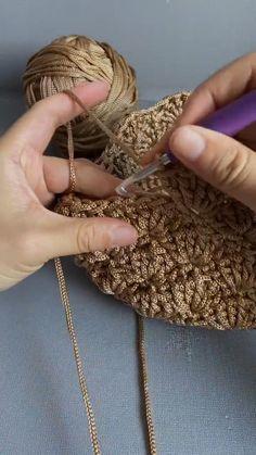 Crochet Brooch, Diy Crochet, Crochet Crafts, Crochet Projects, Crochet Stitches Free, Crochet Stitches For Beginners, Crochet Videos, Crochet Coaster Pattern, Crochet Patterns