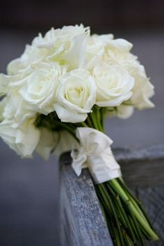 Classic white rose bouquet - Wedding look