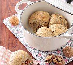 【紅茶、イチジクとくるみのパン】風味よく仕上げるため、紅茶は茶葉と紅茶液で。トーストしてクリームチーズを添えれば、ワインのおつまみにぴったりです。  http://lecreuset.jp/community/recipe/bread-of-tea-fig-tree-and-coming-seeing/