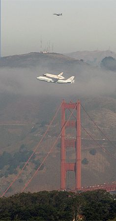 space shuttle flyover golden gate bridge on it's way home to LA. I looked outside and saw this, coolest sight, so close to the bridge, showing off. Usa San Francisco, High Flight, Photo Documentary, Nice Photos, Inspiring Photography, Aeroplanes, Space Shuttle, Northern California, Golden Gate Bridge