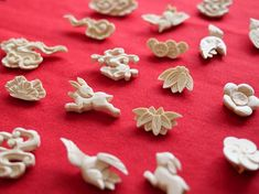 山形県の「仏壇彫刻」ってなんだ?超絶かわいいブローチにもう首ったけ! | 和樂web 日本文化の入り口マガジン Japan Image, Japan Art, Pretty And Cute, Carving, Handmade, Jewelry, Japanese Art, Hand Made, Jewlery