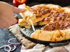 So machst du deine American Pizza mit Käserand selber