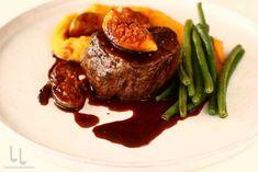 Mușchi de vită la tigaie cu smochine și sos Malaga Steak, Bacon, Food, Essen, Steaks, Meals, Yemek, Pork Belly, Eten