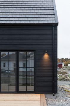 Eche un vistazo a esta espléndida iluminación solar para exteriores: qué ingeniosa innovación . Black House Exterior, House Paint Exterior, Exterior Design, House Cladding, Exterior Cladding, Beach Cottage Style, Beach House Decor, Beach Houses, Dark House
