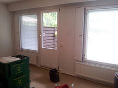 Alakerran ikkunat ja terassinovi valmiina eli valkoisina.