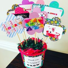 Gift Card Bouquet for Teachers - Glitter On A Dime - Teacher holiday gifts - Haktan craft Gift Card Tree, Gift Card Basket, Gift Card Bouquet, Gift Baskets, Teacher Birthday, Birthday Gift Cards, Teacher Appreciation Gifts, Teacher Gifts, Gift Card Presentation