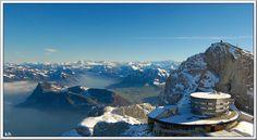 Aufnahme im Oktober vom 2'123 m hohen Hausberg Pilatus. Links von der Bildmitte der Bürgenstock. Hinten die Ostschweizer-, Berner- und Walliseralpen....