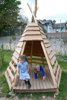 Pallets + logs = teepee for a playground #PalletPlayground, #PalletTeepee