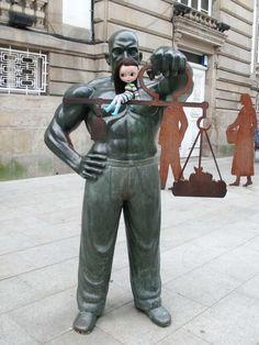 Statue of a weigher near the market (Pontevedra) - December 2011