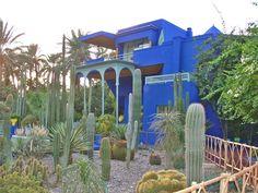 Jardín y parque Majorelle. Fue construido por el pintor Jaques Majorelle alrededor del año 1920, jardín subtropical lleno de cactus, estanques con nenúfares, palmeras que rodean a un chalé de estilo Art deco.