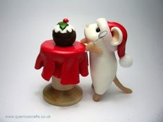 Little Mouse with Christmas Pudding on Table. Sculpture by Quernus Crafts. Polymer Clay Dragon, Cute Polymer Clay, Polymer Clay Animals, Polymer Clay Miniatures, Fimo Clay, Polymer Clay Projects, Mouse Crafts, Fondant Animals, Polymer Clay Christmas
