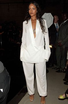 Rihanna looking FABULOUS! If RiRi is wearing it, her fans and the world want to know who and what. Check out Riahanna in all white at Mercedes Benz Fashion Week Estilo Rihanna, Mode Rihanna, Rihanna Style, Rihanna Fenty, Rihanna Fashion, Rihanna Outfits, Look Fashion, Fashion Outfits, Womens Fashion