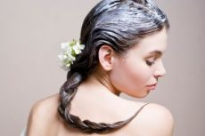 Маски для тонких волос.Около половины  женщин живут в полной уверенности, что тонкими, редкими, жидкими волосами, лишенными объема, их наградила природа. Всю свою жизнь они пытаются это как-то скрыть, делают вредную химическую завивку или наращивание, спят на бигудях, жгут пряди щипцами, не думая о том, что тем самым еще более истончают больные локоны. На самом же деле очень тонкие, редкие, жидкие волосы чаще всего являются следствием неправильного ухода и еще целого ряда причин.