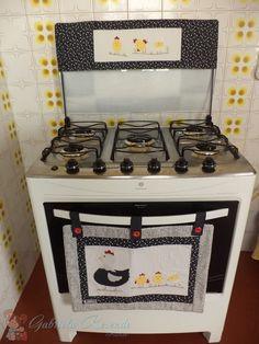 Jogo cozinha composto por 2 peças:  1 panô para porta do forno ( 55cm comprimento X 30cm altura)  1 pano com bandô para tampa do fogão. ( 75 cm comp. X 45cm alt. e bandô 75cm comp X 20cm alt)    Tecidos estruturados em 100% algodão, técnicas em patchwork e patchaplique.    Importante: o fogão pre...