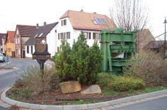 ausgestellte Weinpresse eingangs Friedelsheim