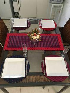 jogo de cozinha com sousplat, pano de prato, bate mão e trilho. Feito por Camélia Ateliê, visite: https://www.facebook.com/cameliaatelie/?ref=bookmarks