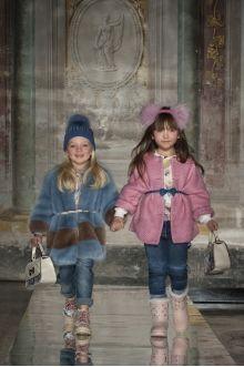 Momolo - Monnalisa. Comparte y busca en MOMOLO looks de moda infantil que publican las marcas, tiendas, mamás, fotógrafos y bloggers. Te ayudará a localizar la ropa para los niños, saber cómo combinarla y dónde comprarla
