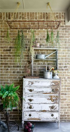 The perfect plant drying rack for your patio. Add a French country feel on your porch with a vintage baby mattress spring it's a great idea for an herb drying rack Cottage Garden Plan, Decor, Diy Decor, Cottage Garden Design, Mattress Springs, Drying Rack Diy, Herb Drying Racks, Thistlewood Farms, Home Decor