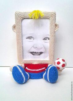 Купить или заказать Рамка для фото 'Футболист' в интернет-магазине на Ярмарке Мастеров. Фоторамка в виде футболиста с мячиком. Размер фото 10х15 см. Фотография вставляется сверху. Фоторамка связана крючком. Основа пластиковая. Необычный и практичный подарок для детей и взрослых, уникальный предмет вашего интерьера!