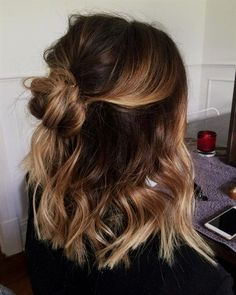 28 Cute Hairstyles for Medium Length Hair (Popular for Mid length hair has never been hotter than it is right now. Some cool styles featured here include the LOB, balayage highlights, ombre color, and must-try layers. Source by casual hairstyles Easy Casual Hairstyles, Sweet Hairstyles, Latest Hairstyles, Hairstyles For Medium Length Hair Easy, Cute Hairstyles For Medium Hair, Medium Length Ombre Hair, Cute Hair Cuts Medium, Medium Hair Length Styles, Shoulder Length Hairstyles