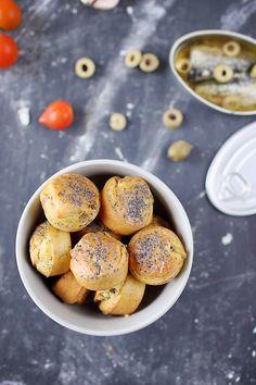 Mini gâteaux au yaourt à la sardine, à l'ail et aux olives