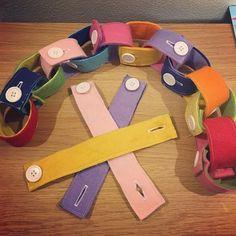 ボタンはめの玩具を作りました♡ ボタンホールを作るのが面倒だなぁと作るのを後回しにしているうちに、ボタンはめが出来るようになってしまった娘!急いで完成させました(●´ー`●)もっとたくさん作って、ネックレスにしたりするのにも使えるようにしたいなぁ♡ #ハンドメイド #手作りおもちゃ #手作り玩具 #ボタンはめ #フェルト
