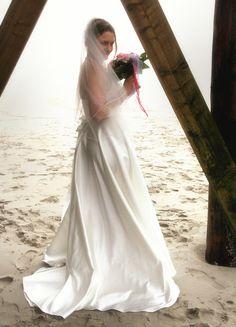 Brautkleider - EMMI  Brautkleid / Hochzeitskleid Satin - ein Designerstück von alw-design bei DaWanda