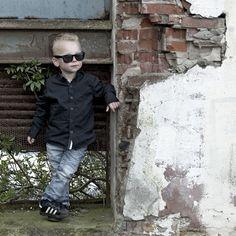 Stoere jongen....op stoere locatie. kinderfotografie.