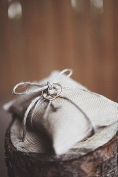 Fedi su cuscinetto di iuta. | www.princesswedding.it | Photo by Paola Colleoni