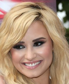 Demi Lovato False Eyelashes - Demi Lovato highlighted her rich brown eyes with kohl-rimmed eyes, a burgundy eye shadow, and long false lashes. Pelo Demi Lovato, Demi Lovato Makeup, Demi Lovato Hair, Lindsay Lohan Hair, Demi Love, Celebrity Smiles, Demi Lovato Pictures, Keri Hilson, Perfect Smile
