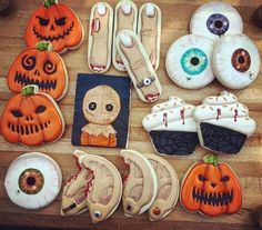 These cookies totally put me in the mood for Halloween 🎃 (and the cooler weather that comes with it) Halloween Cookies Decorated, Halloween Sugar Cookies, Halloween Desserts, Halloween Food For Party, Halloween Town, Halloween Treats, Decorated Cookies, Halloween 2020, Halloween Stuff