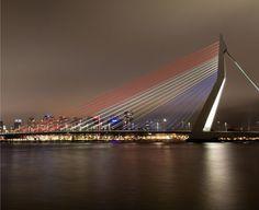 De Erasmusbrug kleurt op 5 mei rood-wit-blauw.