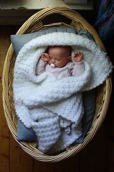 newborn baby girl in a baby basket Little Babies, Little Ones, Cute Babies, Shower Bebe, Foto Baby, Baby Family, Baby Kind, Newborn Photos, Baby Fever