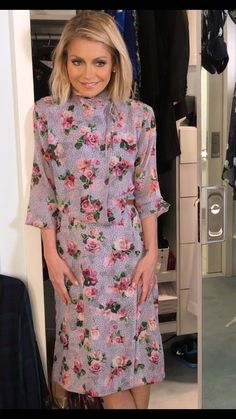 Kelly Ripa in a Topshop Unique floral print dress. Kelly Ripa Hair, Kelly Fashion, Topshop Unique, Style Finder, Fashion Finder, Salon Style, Cool Style, My Style, Hollywood Fashion