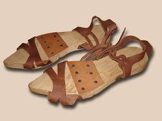 Holztrippen Die Trippen (Unterschuhe) besaßen Sohlen aus Holz oder aus mehreren Lagen Leder bzw. Leder mit Korkkern. Sie dienten in erster Linie als Schutz des Schuhwerks vor Nässe, Schmutz und Kälte. [Turnstraße 5]