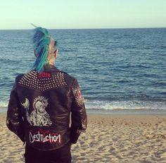 Punx at the ocean Alternative Outfits, Alternative Fashion, Death By Glamour, Punk Mohawk, Estilo Punk Rock, Goth Bands, Punk Boy, Riot Grrrl, Gothic Rock