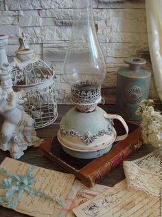 Купить или заказать Лампа керосиновая '...И лампы огонек...' в интернет-магазине на Ярмарке Мастеров. светлая, легкая и немного романтичная винтажная керосиновая лампа... старая добрая Англия... спальня или гостиная с розами, обои в цветочек, фарфоровые фигурки, салфет…