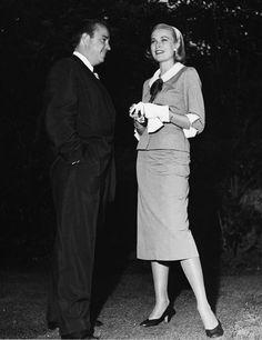 1954 Beverly Hills, 1954 en un look azafata muy habitual en ella, y con la prenda hoy tan de tendencia, la falda midi.2014