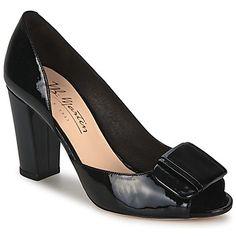 Ya no podrás separarte de tus zapatos de tacón Xaviere firmados por JB Martin. Su corte en piel es flexible y su color negro está muy de moda. La marca se esmera al componer este zapato de tacón son una suela en caucho y un tacón de 9cms. Estos zapatos tienen un forro en cuero y una plantilla en cuero.