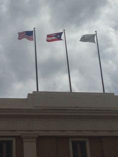 Museo de las Americas(Ballajá) (10:55am) segun el reglamento las banderas estan correctamente colocadas.