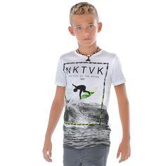 Camiseta original de niño en color blanco y negro con un detalle de color  flúor en el print. 039dfe09b7705