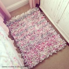 15 Creative Dorm DIY Decor Ideas - Simply Allison - Rug making Rag Rug Diy, Rag Rugs, Dorm Rugs, Rag Rug Tutorial, Cute Dorm Rooms, Bee Crafts, Dorm Decorations, Rug Making, Making Ideas
