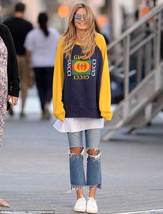 Heidi Klum tries not to get blown away while out in NYC with her kids - moj wymarzony styl - Manish Fashion, Ripped Knee Jeans, Ripped Knees, Mode Outfits, Casual Outfits, Mom Jeans Outfit, Street Style 2018, Mein Style, Celebrity Look