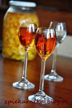 Pigwówka – nalewka z pigwowca | zpiekarnika Wine Drinks, Alcoholic Drinks, Beverages, Cocktails, Irish Cream, Wine Glass, Food To Make, Food And Drink, Health Fitness