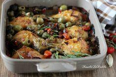 Pollo al forno alla siciliana con olive e pomodorini.