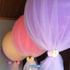 Dale un toque único a tus globos con tul y flores. #deco #globos #ideas #ecumple
