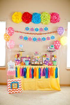 Una mesa muy colorida, me encanta el toque de los globos, y cómo han decorado la pared / A very colourful table, I love the balloons and how they've decorated the wall