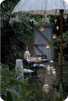 pequeño jardin con maravillosa sombrilla